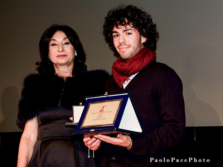 Federico Toscano riceve il premio come miglior compimento per il Saturno Scuola