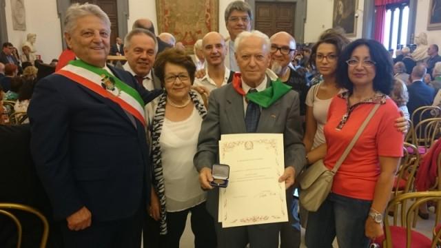 Giuliano con i familiari, il sindaco di Velletri e la delegazione dell'Anpi locale