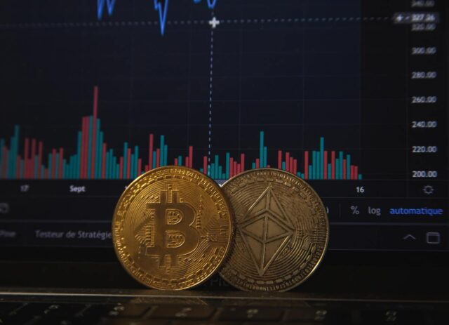 Bitcoin subisce un brutto colpo. Deve fare i conti con i tweet di Musk e lo stop della Cina. Intanto, perde metà del suo valore.