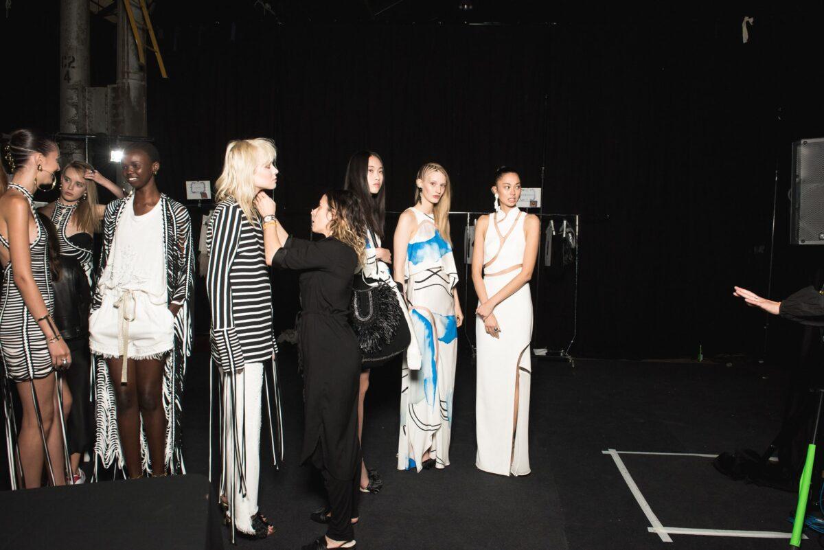 La Haute Couture per la stagione autunno-inverno 2021-22 sceglie una nuova maison che pullula di arte e creatività in ogni dove: Venezia. Nasce la Venice Fashion Week 2021.