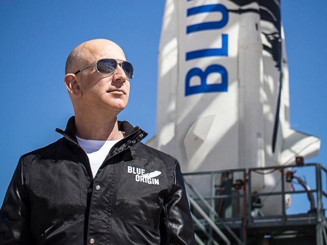 Jeff Bezos si imbarcherà il prossimo mese sul primo volo spaziale con equipaggio della propria compagnia missilistica, la Blue Origin.