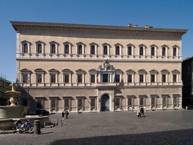 Uno spettacolare trompe-l'oeil di 600 metri quadri è apparso sulla facciata dell'ambasciata francese di Roma, il cinquecentesco Palazzo Farnese.